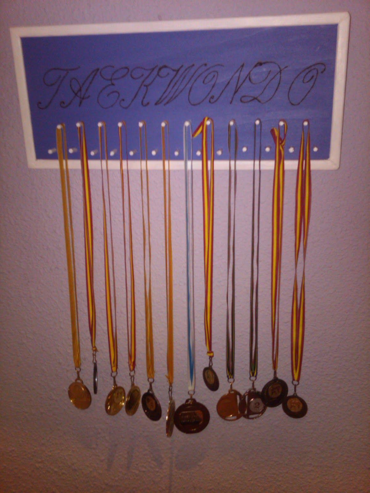 Colgadores medallas de madera buscar con google for Colgadores de madera