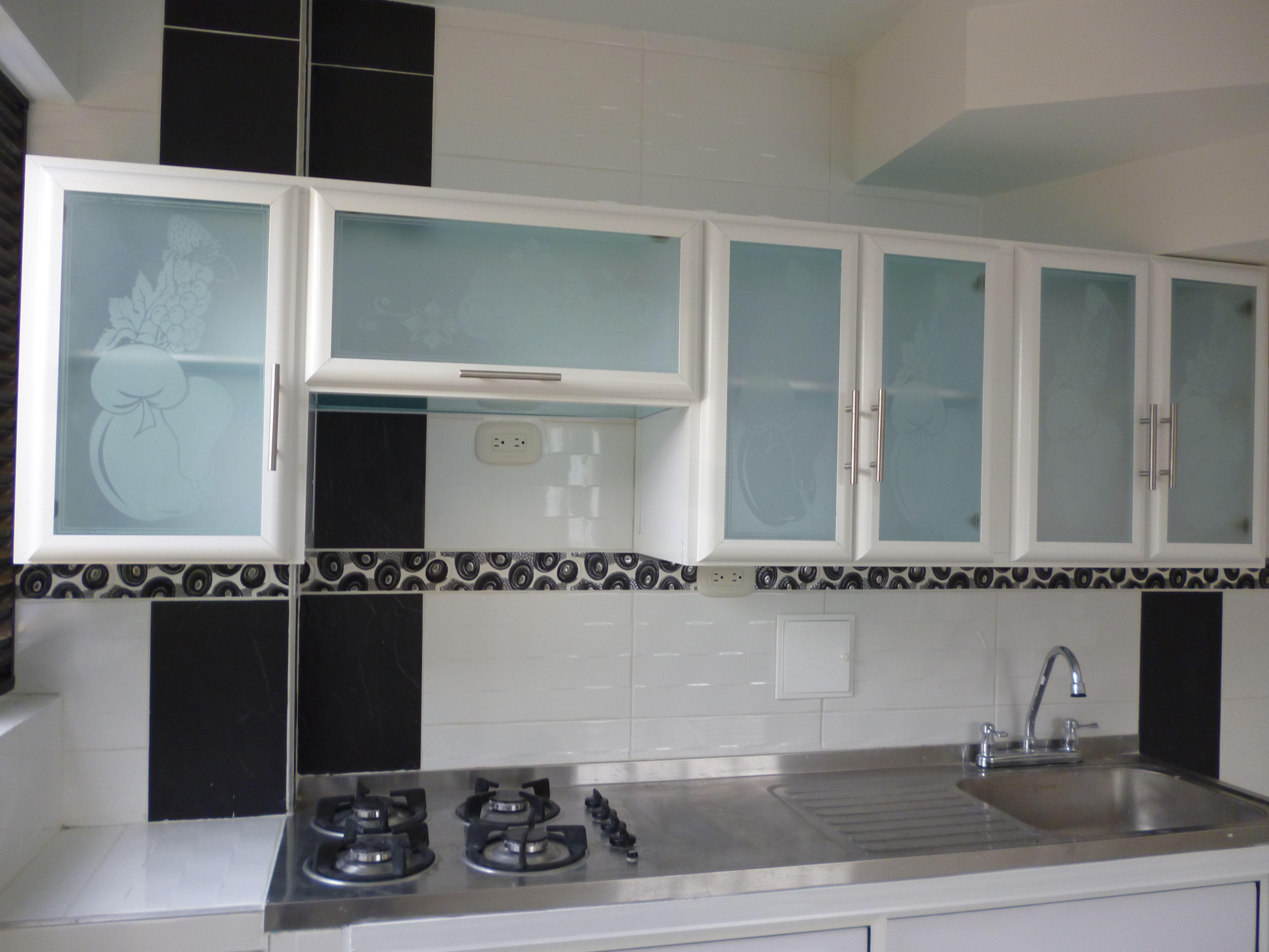 Puerta de aluminio para cocina cocina en 2019 cocinas for Ventanas de aluminio para cocina
