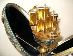 When opened up, it reveals a beautiful sailing ship in gold.