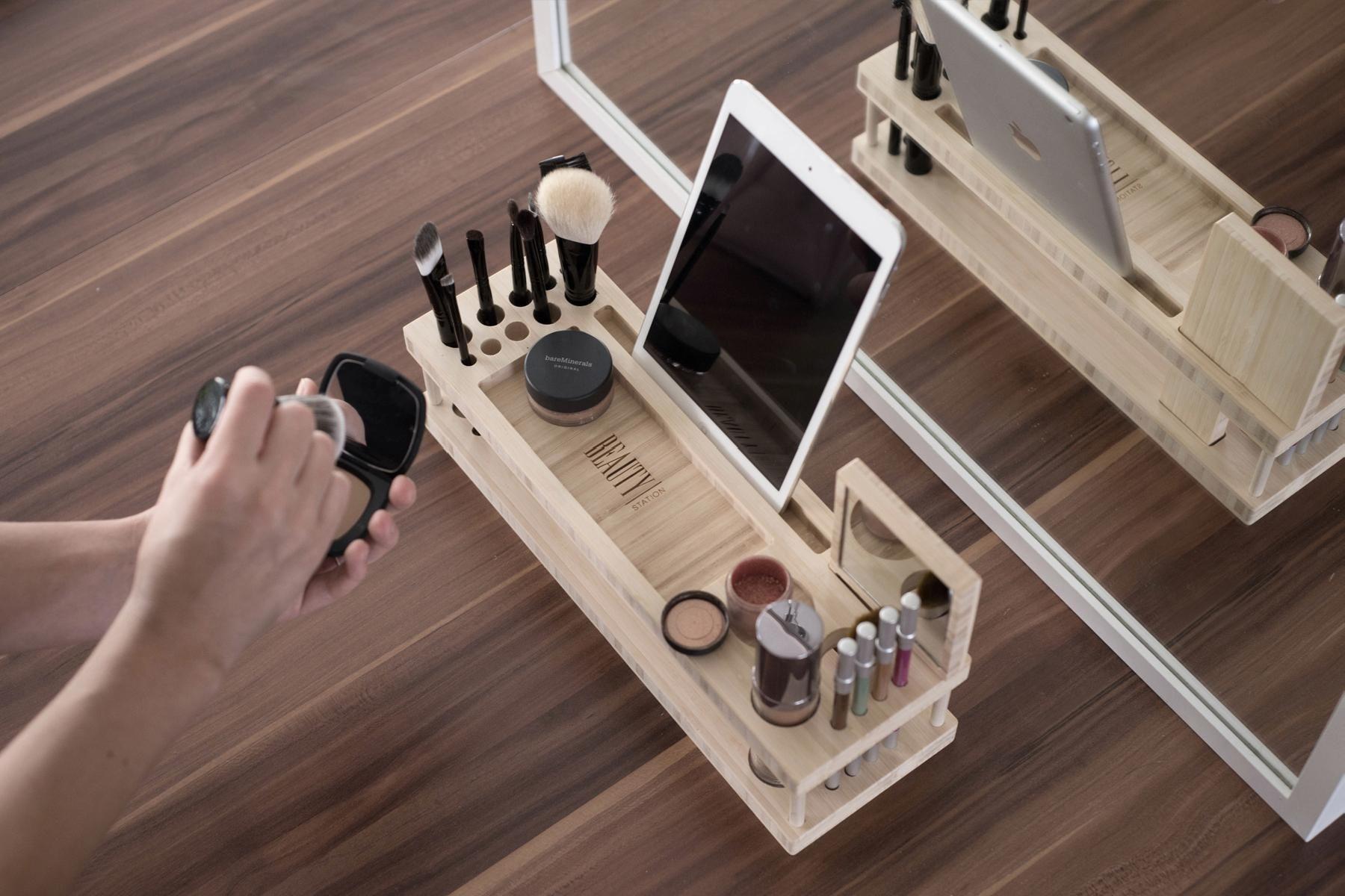 organizador de madera para maquillaje con un soporte para un Ipad