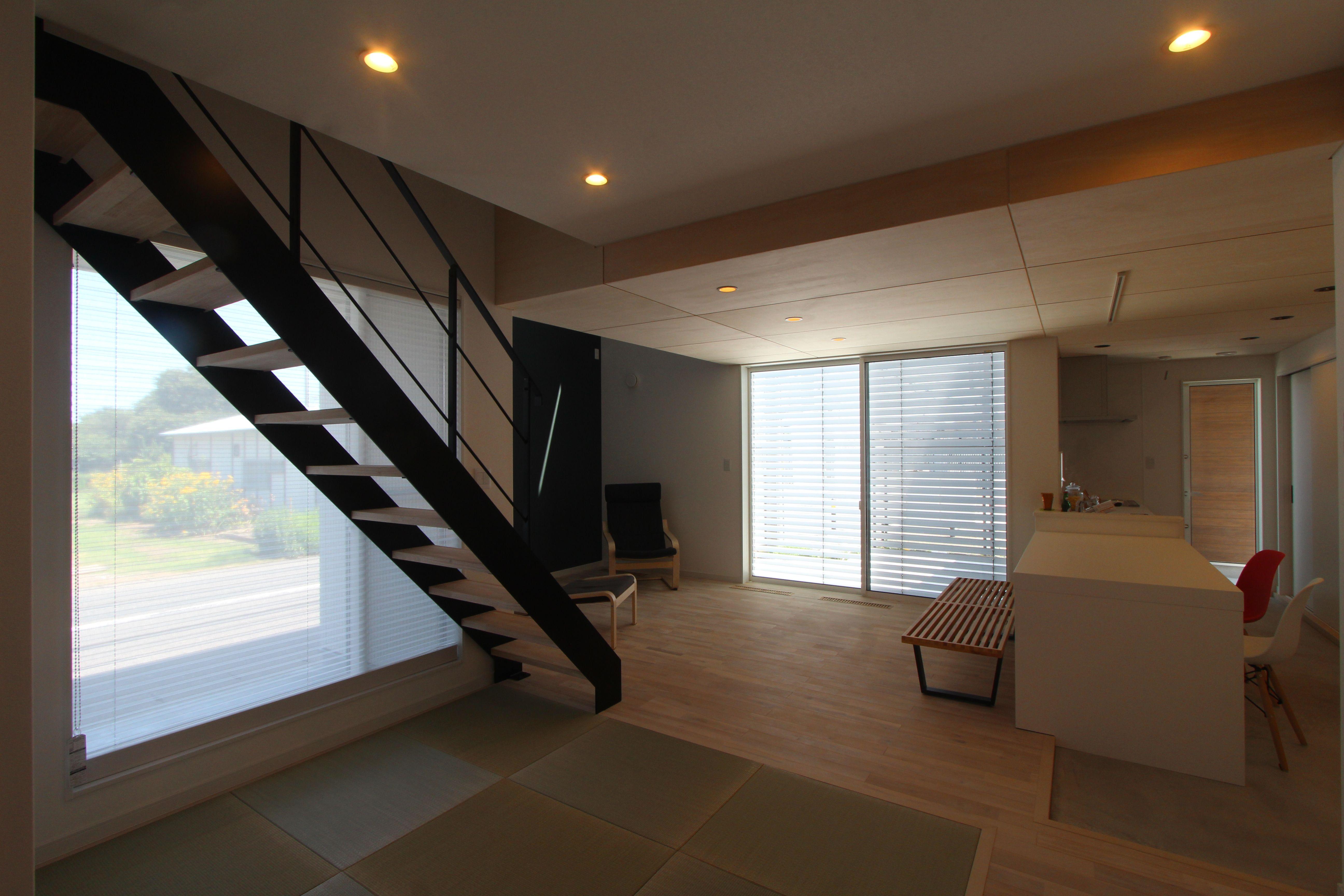天井高さに変化を付けることにより 空間を緩やかに区切ります