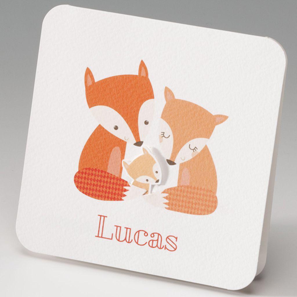 Lief geboortekaartje met papa en mama vos die hun baby vosje knuffelen. Het kleine vosje is een applicatie.