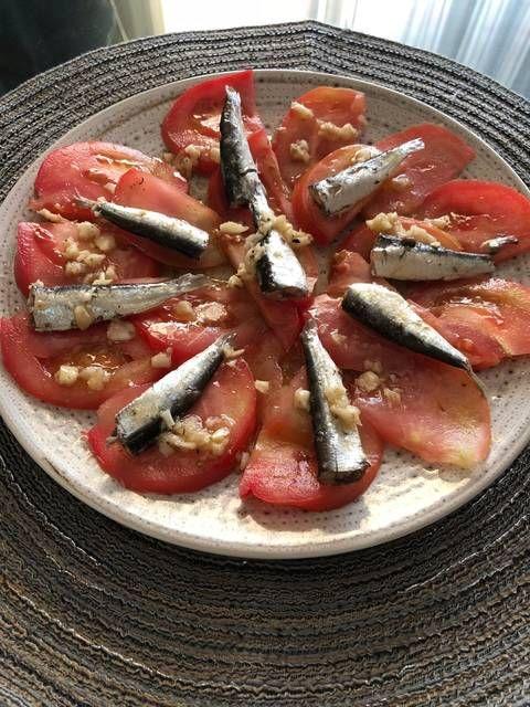 Ensalada de tomate y sardinas con una rica vinagreta