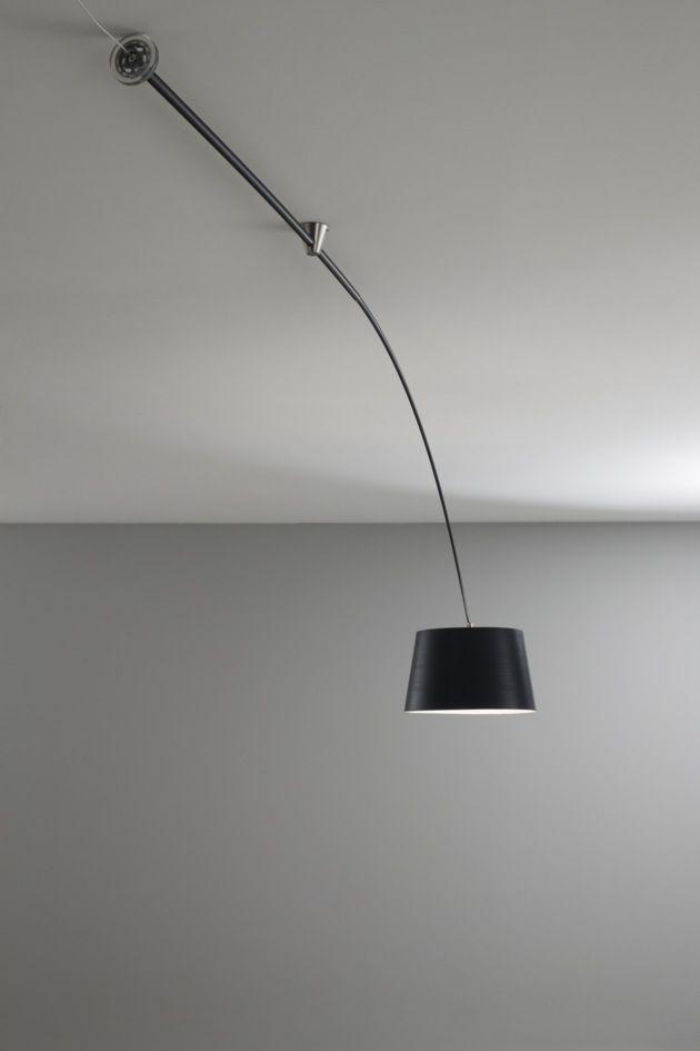 Canola. Lampada a soffitto con stelo estensibile in fibra di carbonio, girevole a 350°. Il paralume in fibra di vetro può essere nero naturale o verniciato bianco opaco RAL 9016. L'interno del paralume è verniciato bianco opaco RAL 9016. La ruota, appositamente progettata, permette di portare la fonte luminosa dove serve. Le funzioni ON/OFF avvengono tramite un interruttore su cavo oppure tramite collegamento all'impianto elettrico.