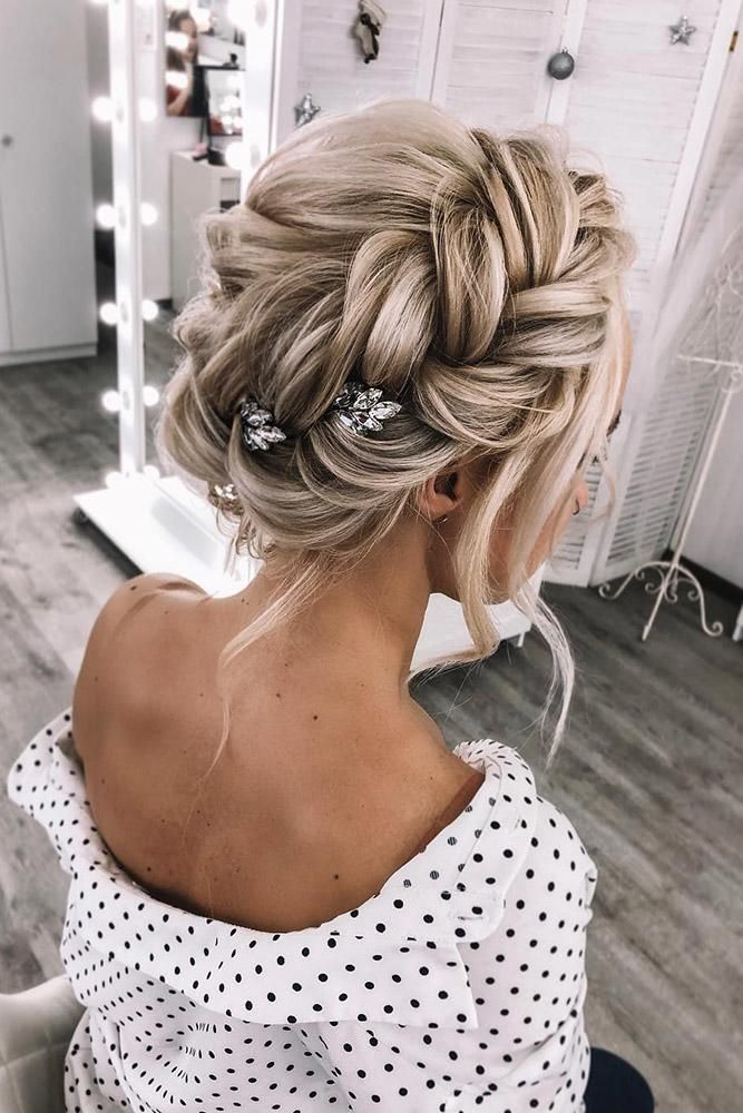 zomer bruiloft kapsels volume gevlochten kroon op blond haar weddstasyuk