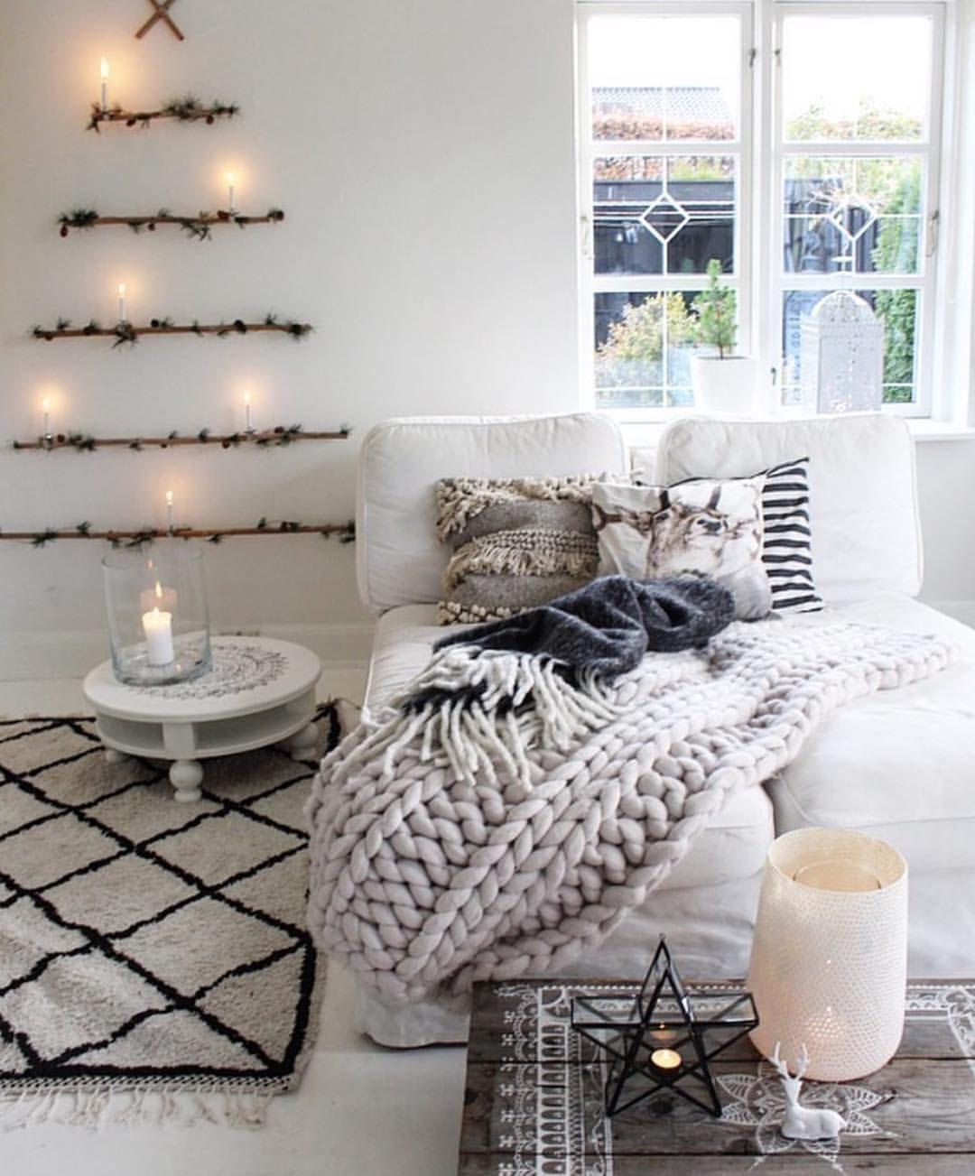 Weihnachtliche Dekoidee -Zweige als Tannenbaum an der Wand ...