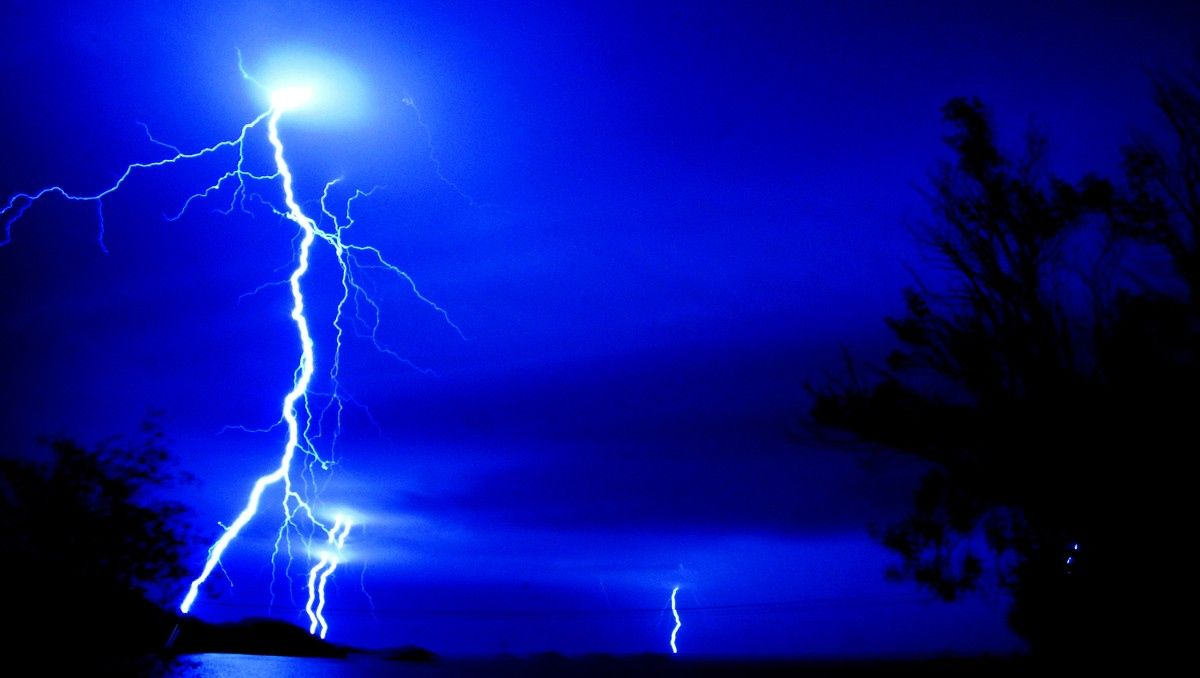 Flott lysshow over Vestfjorden i natt. Bildet er tatt kl. 00.38 på Brettesnes med Vestfjorden og Ham - Flott lysshow over Vestfjorden i natt. Bildet er tatt kl. 00.38 på Brettesnes med Vestfjorden og Hamarøy. - Foto: Jan Hallstensen /