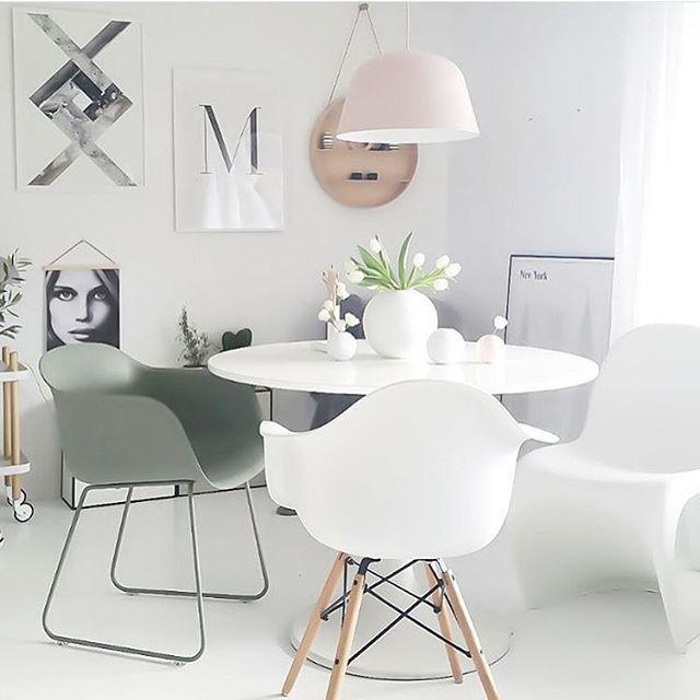 """Spisestuen til @camillaathena er fantastisk """"Ambit"""" lampen fra @muutodesign finner du på www.nordiskehjem.no Den er så fin #nordiskehjem #interior #inspo #beautiful #diningroom #loveit #nettbutikk #altpålager #ballvase #muutoambit"""