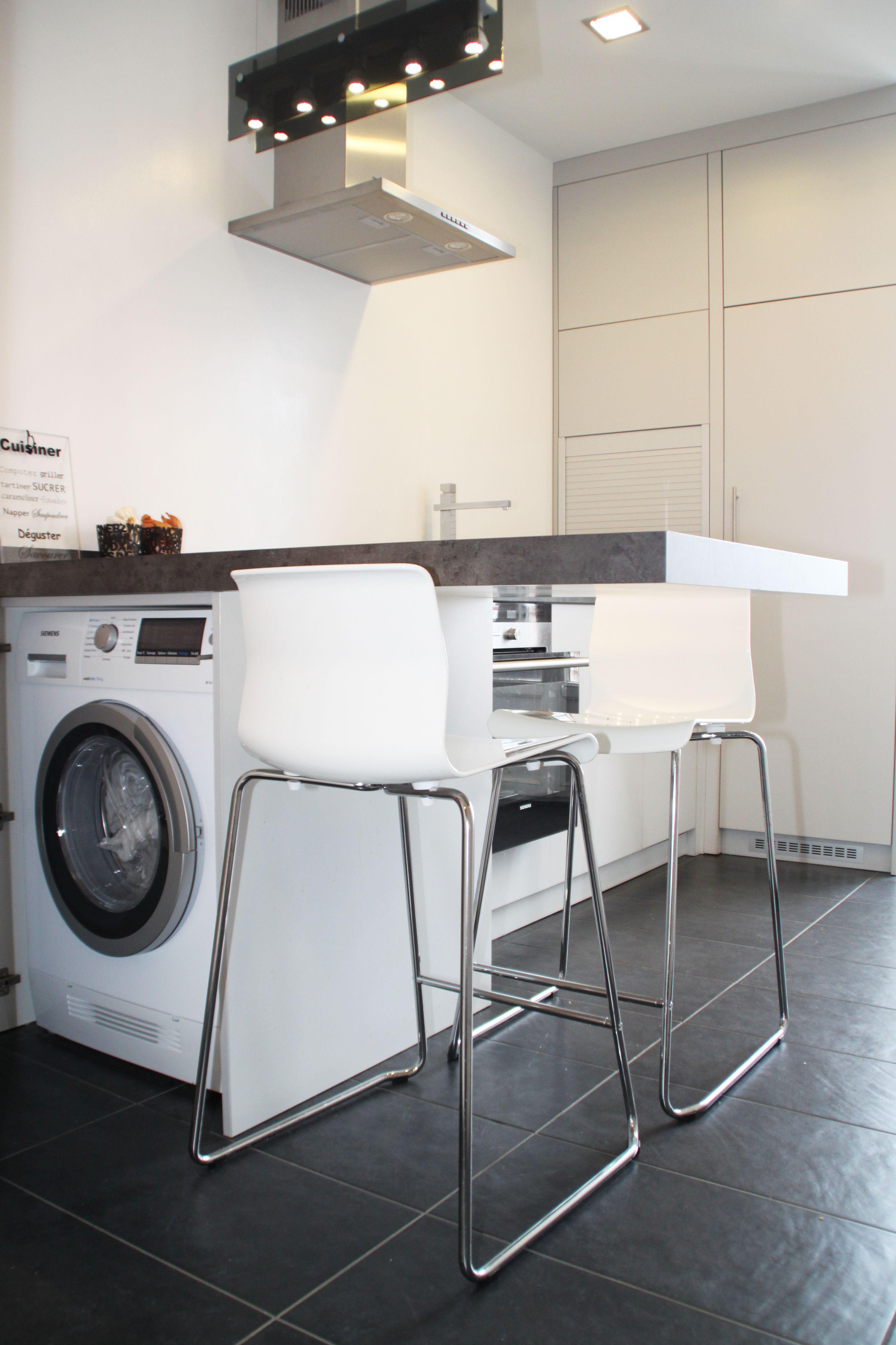 cuisine blanche sans poign e avec ouverture par push lash plan de travail gris effet b ton. Black Bedroom Furniture Sets. Home Design Ideas