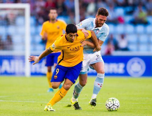 Luis Suárez no pudo con Sergi Gómez del Celta Vigo, en la vapuleada 4–1 alFC Barcelona.