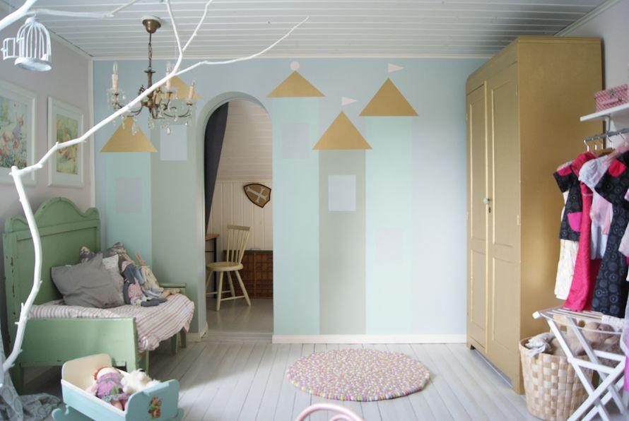 Kodin Kuvalehti – Blogit | Ruususuu ja Huvikumpu – Lastenhuone kutsuu leikkimään- katso ideat seinämaalauksiin! Upea linnaseinä on helppo toteuttaa.