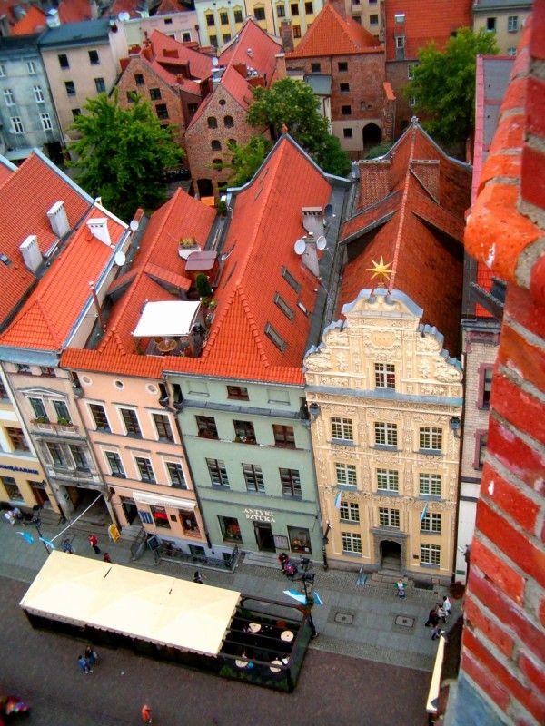 Toruň.  Z radničnej veže vidno meštianske, kedysi hanzovné domy aj s ich strechami