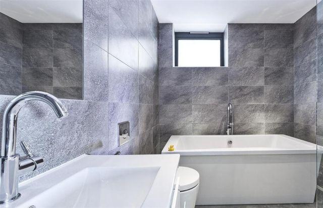 badezimmer-modern-graue-wandfliesen-matt-badewanne-fenster - badezimmer modern grau