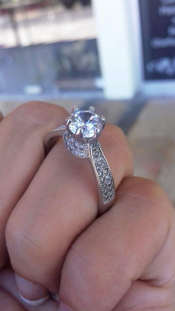 4a6e4b03a746 Delicado y bello anillo de compromiso en plata Fina 9.25. Este particular  anillo tiene como