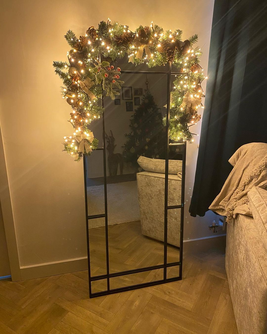 The mirror wasn't festive enough, so I made my own Garland. Livingroom is now complete 🖤 _ _ #christmasdecor #christmas #festive #christmastree #christmasgarland #mirrorgarland #christmasdecorations #christmasinspo #christmasinnovember #home #homedecor #homeinterior #newhome #newhomeowners #newbuild #newbuildpersimmon #persimmonnewbuild #persimmon #persimmonsutton #sutton #homesweethome