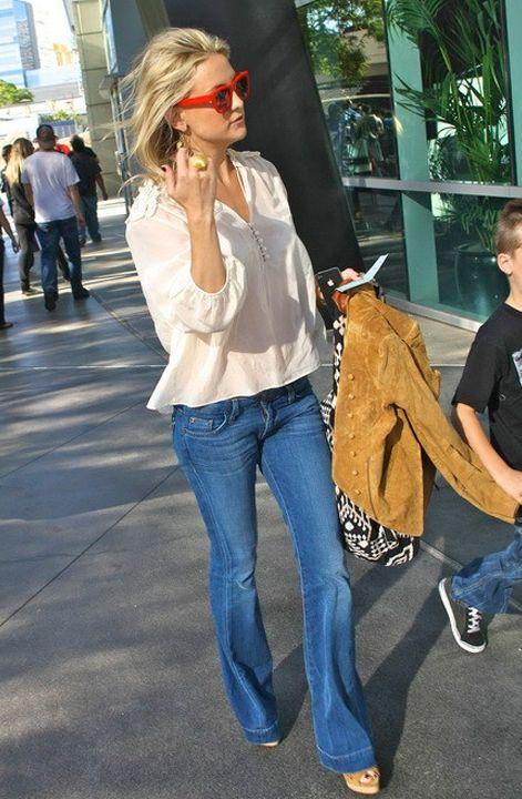 2432f97b38ba Kate Hudson in Hudson Flare Jeans - love it!