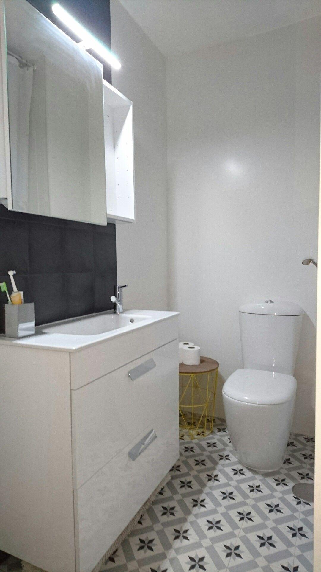 Baño, azulejo blanco mate, suelo hidráulico, mueble de ...