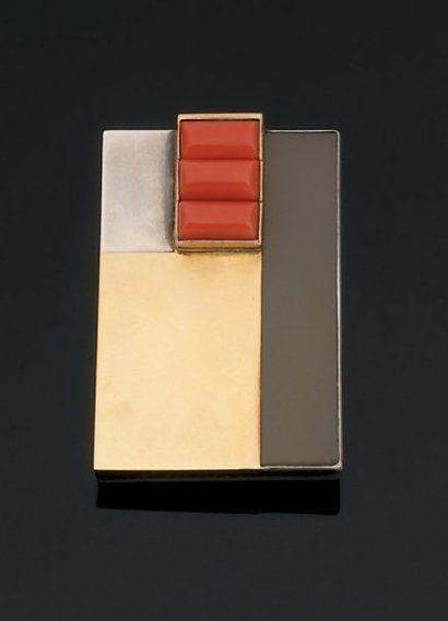 Jean Despres. Années 1930 Magnifique broche rectangulaire en argent et or à décor cubiste, composé d'une plaque d'agate blonde et de trois motifs en corail godronné. Signée. Dimensions : 4,8 x 3,2 cm
