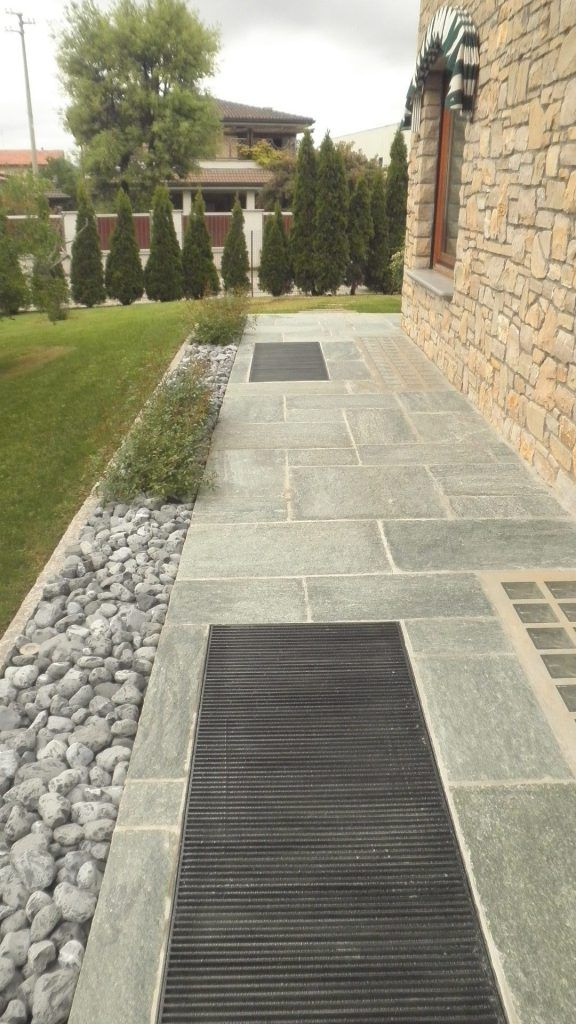 Pavimentazione in pietra di luserna a spacco colore blu for Idee per pavimenti esterni economici
