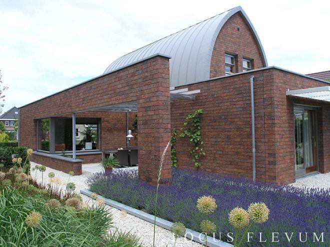Woonhuis en tuin ontworpen door Locus Flevum. Seniorenwoning met onderhoudsvriendelijke tuin.