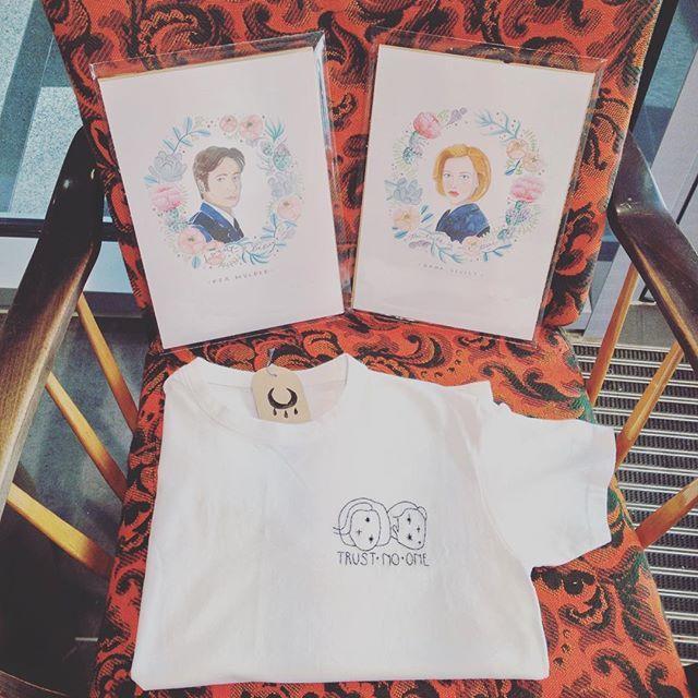 """An alle fangirls und fanboys von """"Akte X"""": Holt euch die Agents Scully und Mulder! Geniale Kunstdrucke von #LauraRosendorfer, liebevoll besticktes T-Shirt von #LisaKirk/@lucifersthelight! #xfiles #AkteX #Ufo #UfoAlarm #kunstdruck #sticken #sallyisstitching #DanaScully #FoxMulder #kekshandgemachtes #conceptstoreaugsburg #conceptstore #handgemacht #trustnoone #iwanttobelieve #thethruthisoutthere"""