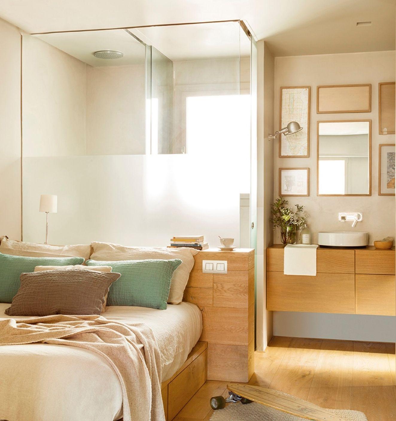 Dormitorio con baño en suite con paredes de cristal, madera y ...
