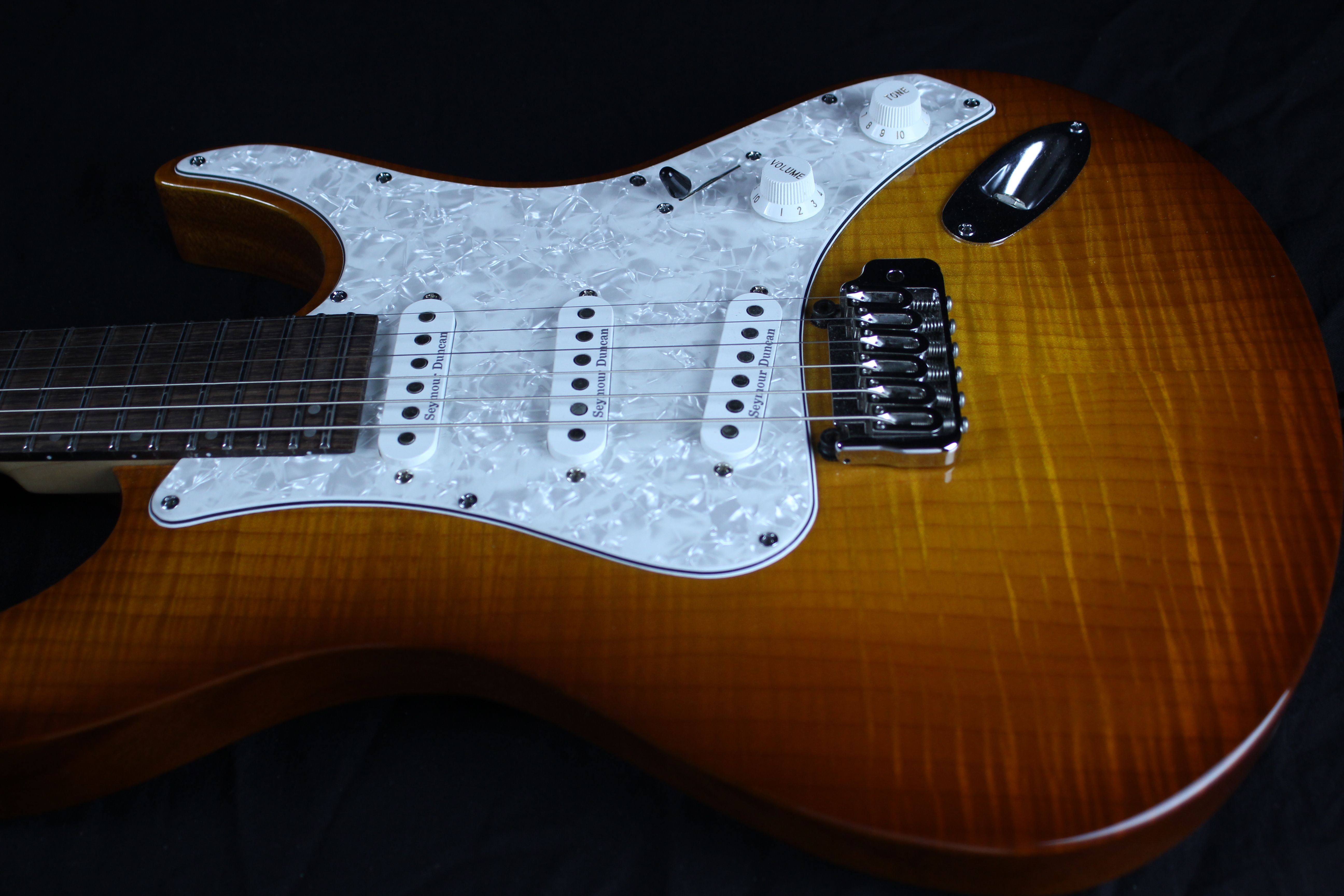Acacia Guitars Romulus with pickguard and single coil pickups ...