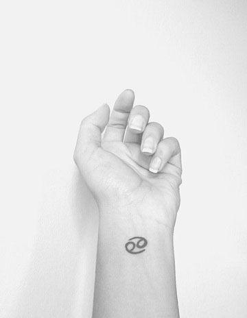 tatuajes del signo cancer muñeca