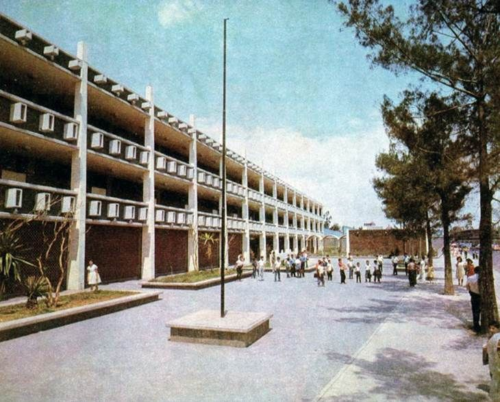 La Escuela de Enseñanza Técnica número 1, ubicada en la esquina de Peluqueros y Orfebrería, en la colonia Michoacana, a inicios de la década de los sesenta. En la actualidad estos edificios albergan al CECyT 14