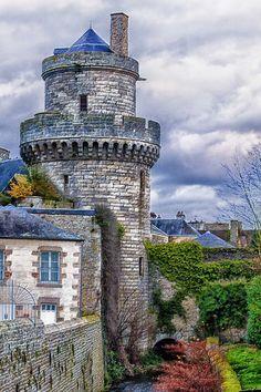 Tour à Domfront (Orne), France. #Normandie #Normandy #purenormandie #france #orne #chateau #architecture #manoir