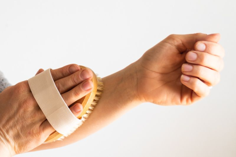 Dry brushing is a simple task that you can add to your daily routine that will take less than 5 minutes and won't cost you a thing. Let's discuss the benefits of dry brushing and learn how to dry brush properly for the maximum benefits. #drybrushing #benefitsofdrybrushing #howtodrybrush #drybrush #naturalskincare #allnatural