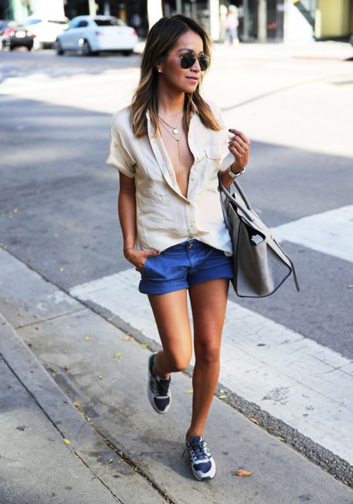 Jules Sarinara of Sincerely Jules looked effortlessly chic in this buttoned down Everlane top.