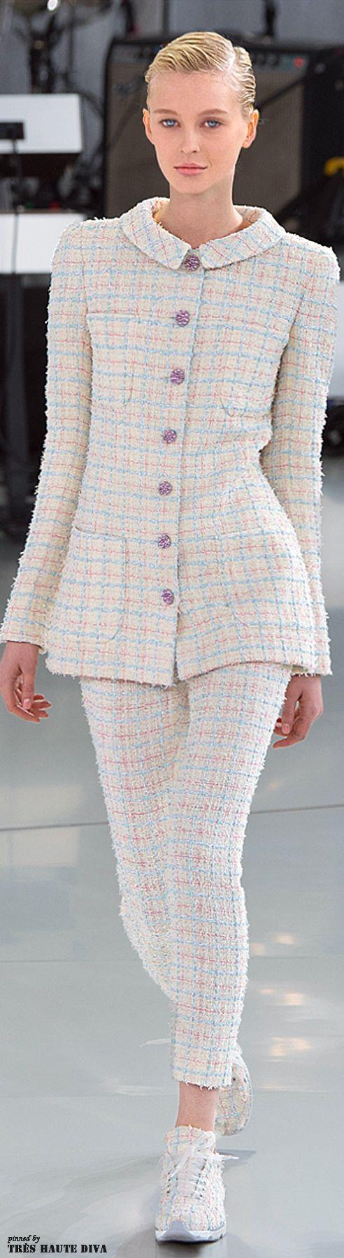 Pastelliger Tweed von Kopf bis Fuß - Auch die Sneaker passen bei Chanel perfekt zum Look #pastell #chanel #spring2014