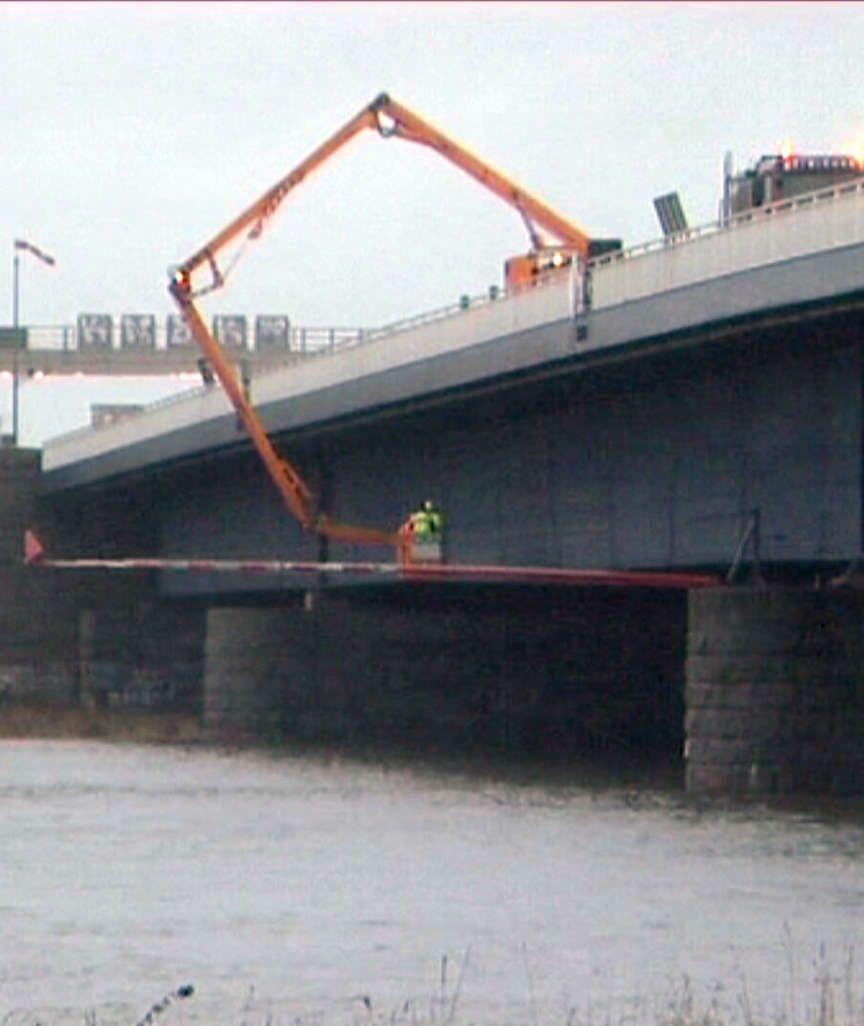 Schiff rammt Brücke
