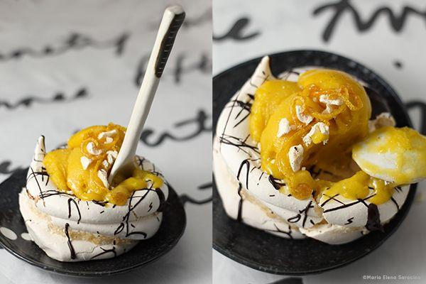 Pavlova con gelato al maracuja e scorza di limone caramellata.