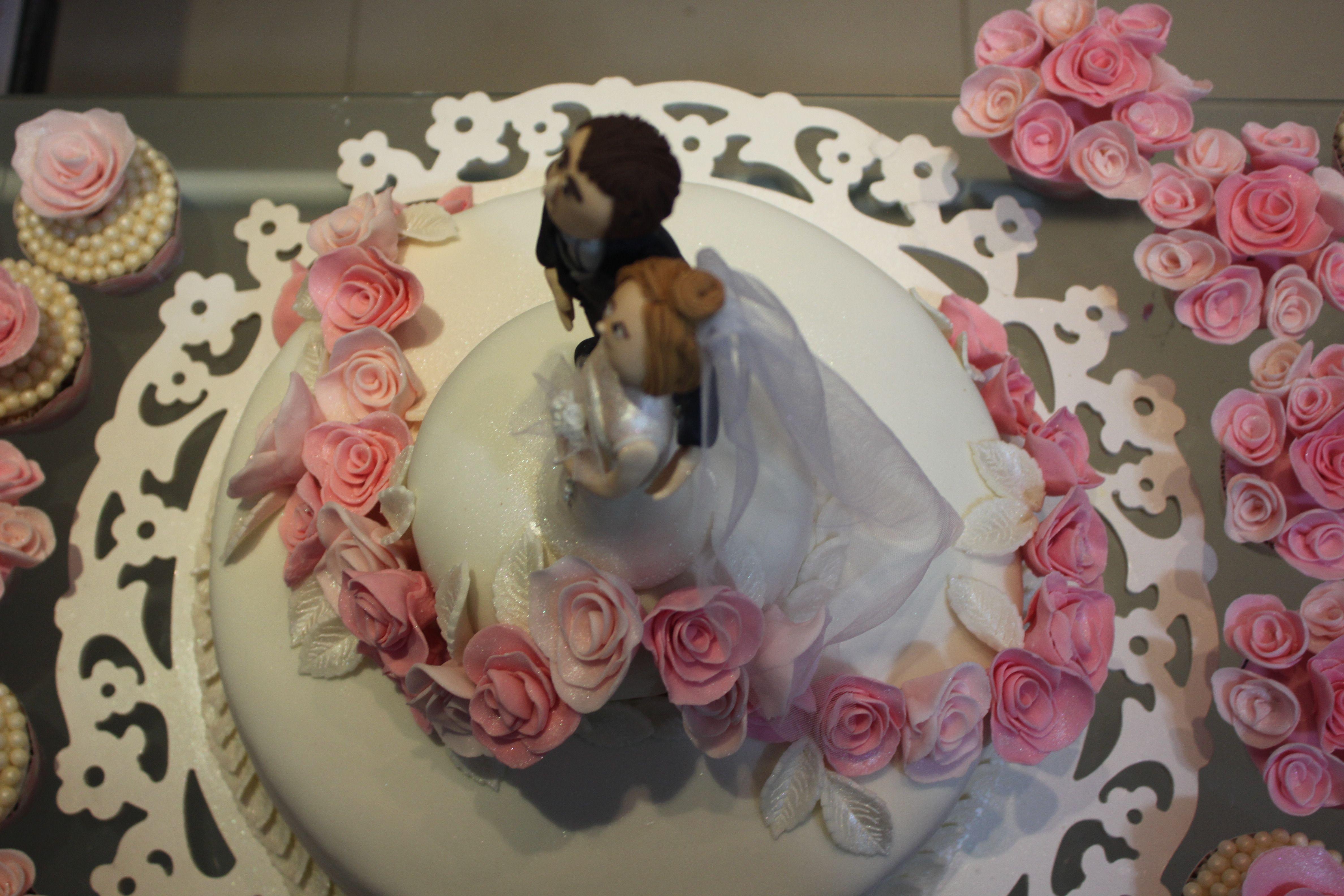 Bolo de casamento totalmente comestível incluindo os noivinhos modelados em açúcar