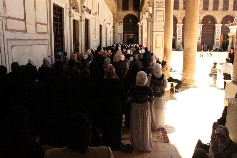 la fila de los privilegiados en la hora del rezo