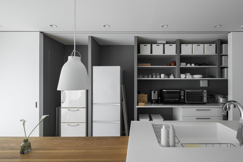 ダイニング キッチンの背面には 天井いっぱいにとった6枚引き戸の隠す収納 冷蔵庫や食器はもちろん リビングで使うものもすべて片づけます ルポハウス 設計士とつくる家 注文住宅 デザインハウス 自由設計 マイホーム 家づくり 施工事例 滋賀 おしゃれ