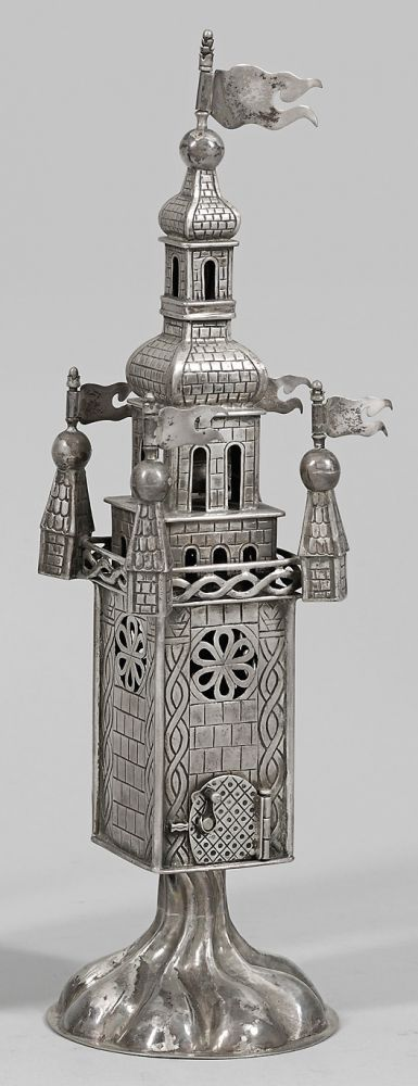 Großer Besomimturm Silber. Über godroniertem Stand vierseitiger Korpus mit graviertem Mauerdekor punziert -Königsberg Pr.