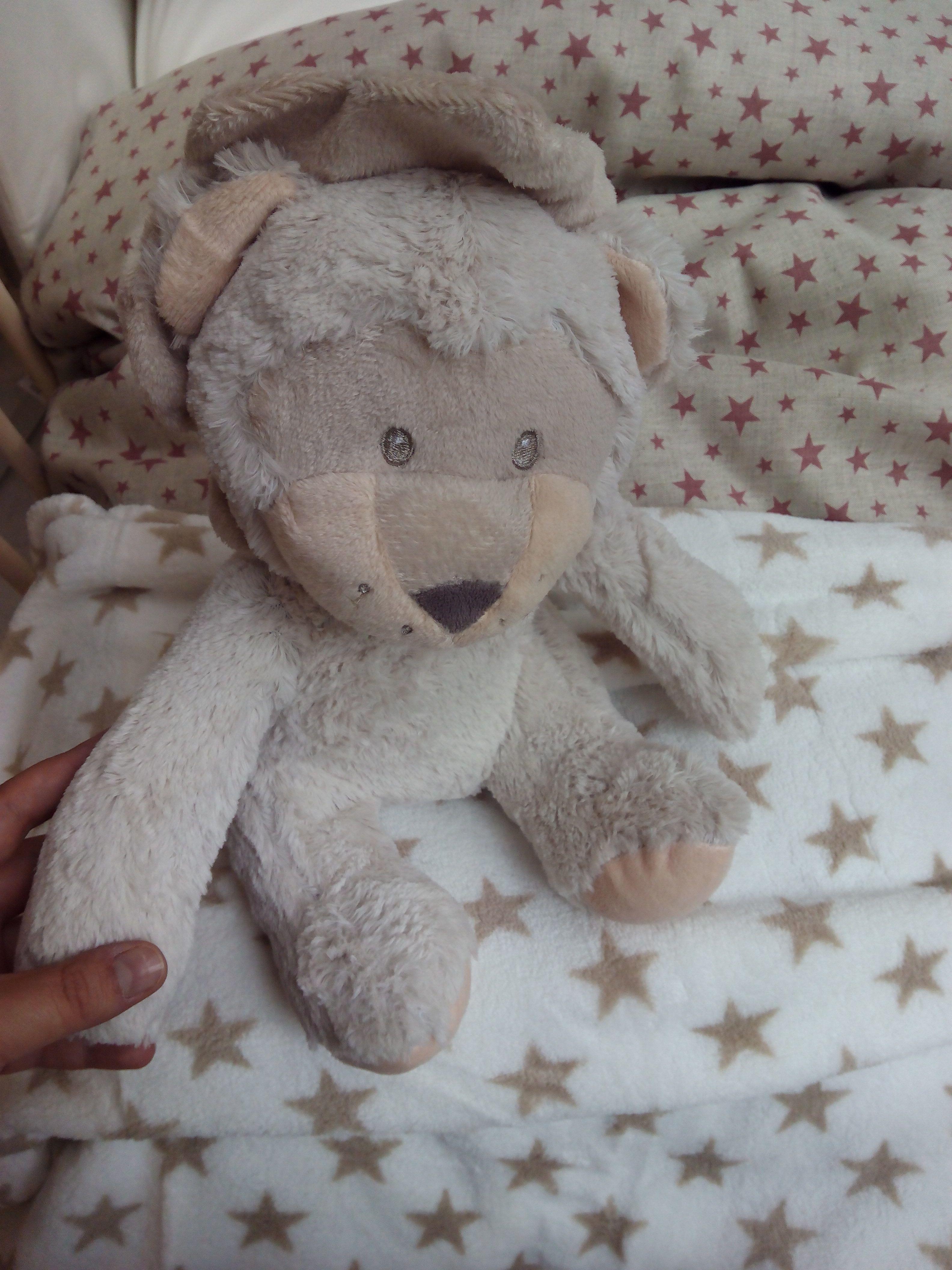Detalle para un regalo de plaid de cuna con muñeco de león. Tacto suave. Detail for a gift plaid crib with stuffed lion. soft touch.