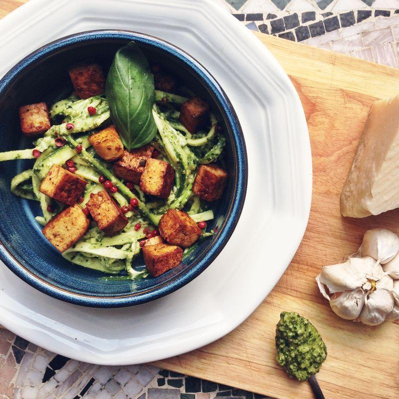 Zoodles with pesto and tofu // Zucchininudlar med pesto och tofu