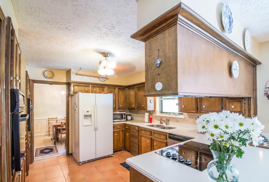 Awesome Great Kitchen With Solid Surface Counter Tops And Double Ovens.  #Cypressrealtor #commercialhomes #
