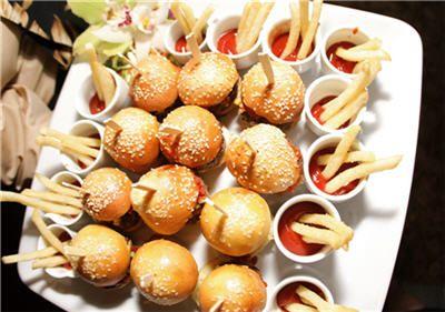 mini hambúrguer e mini fritas