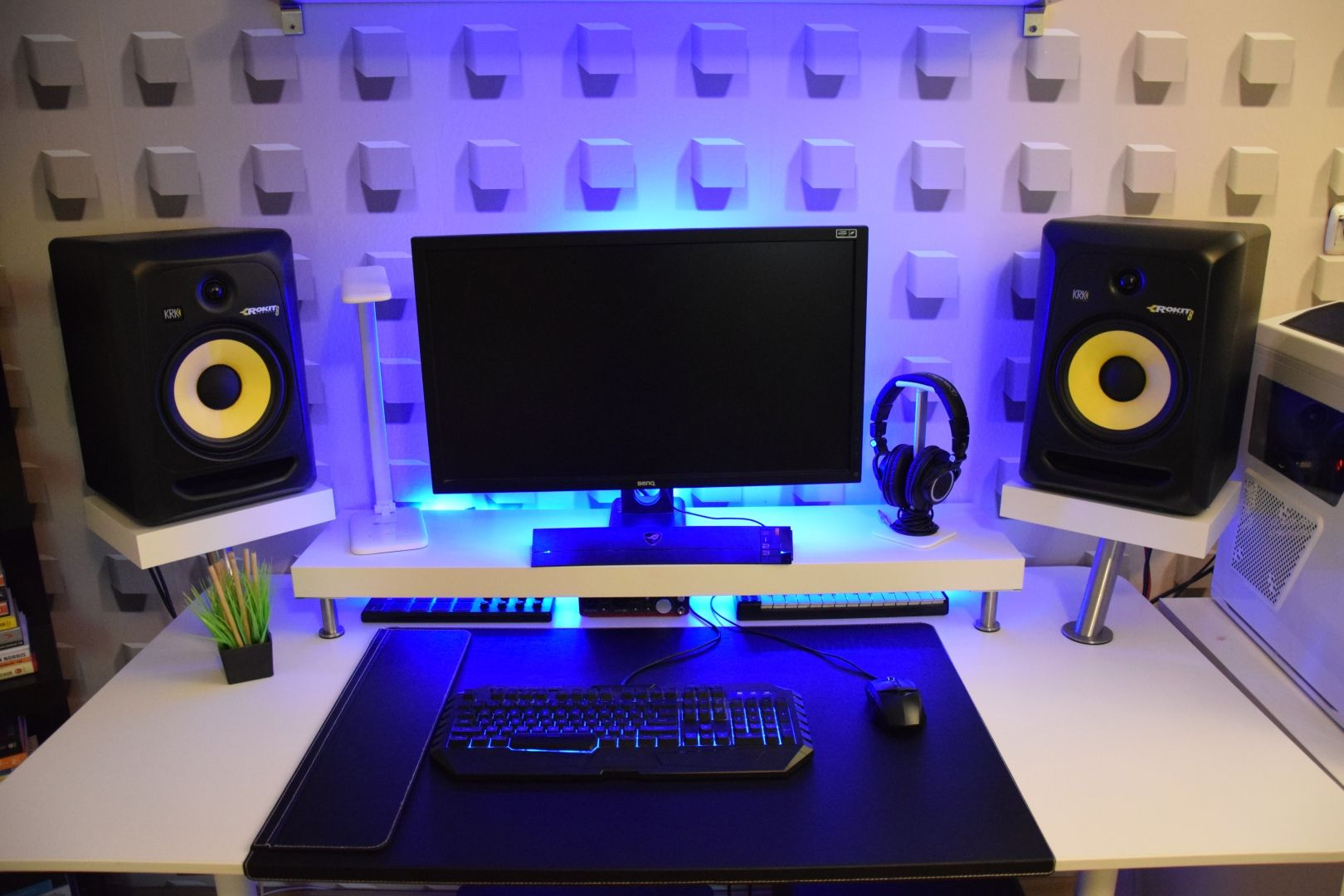 334 Minimalist Bedroom Studio Desk