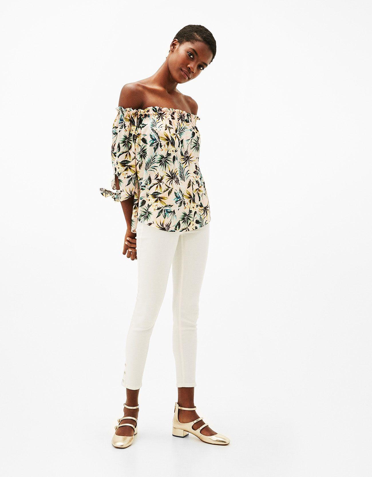 Μπλουζάκι ντεκολτέ χαμόγελο και φιόγκοι. Ανακαλύψτε το μαζί με πολλά άλλα  ρούχα στο Bershka 86f108d2e2d