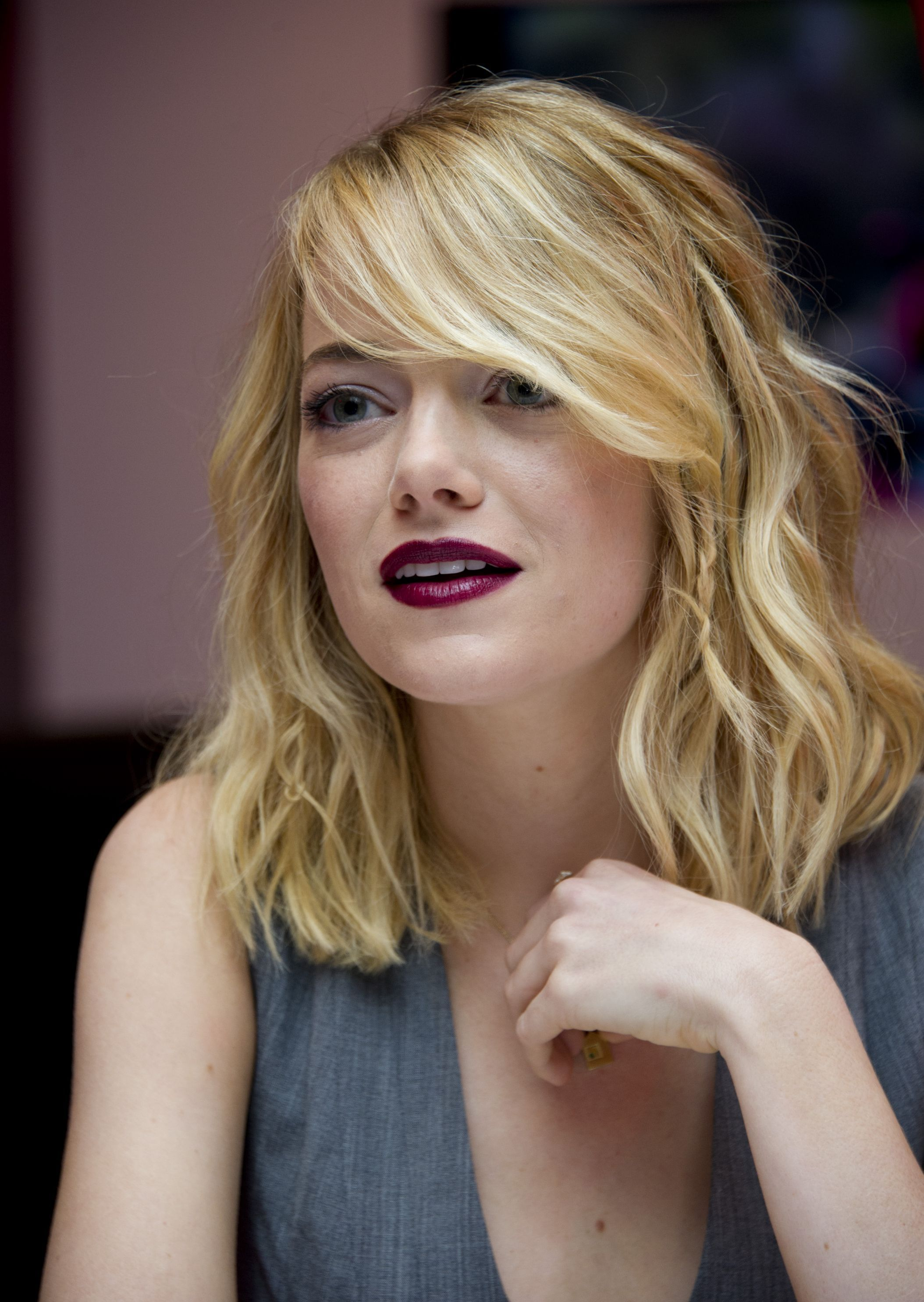 How To Style Side Swept Bangs Like 30 Of The Chicest Celebrities Emma Stone Blonde Emma Stone