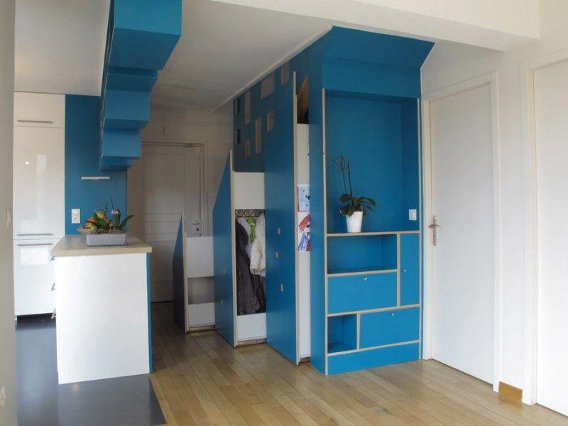 Duplex entièrement rénové par Adelila, architecte d\u0027intérieur à Lyon - porte de placard sous escalier