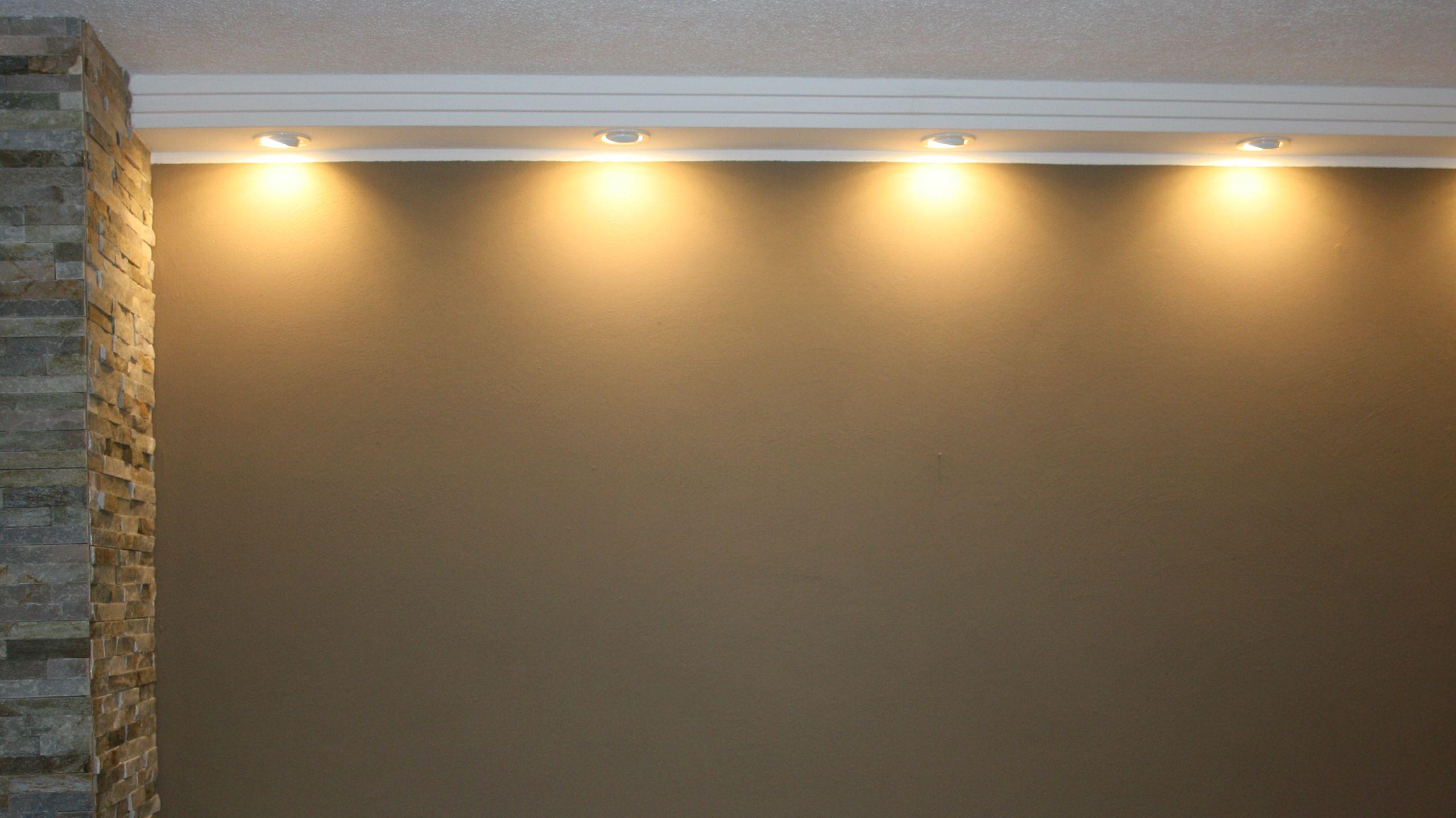 Direkte Beleuchtung Der Wand Mit Modernen Deckenprofilen Wandleuchte Direkte Beleuchtung Wandbeleuchtung
