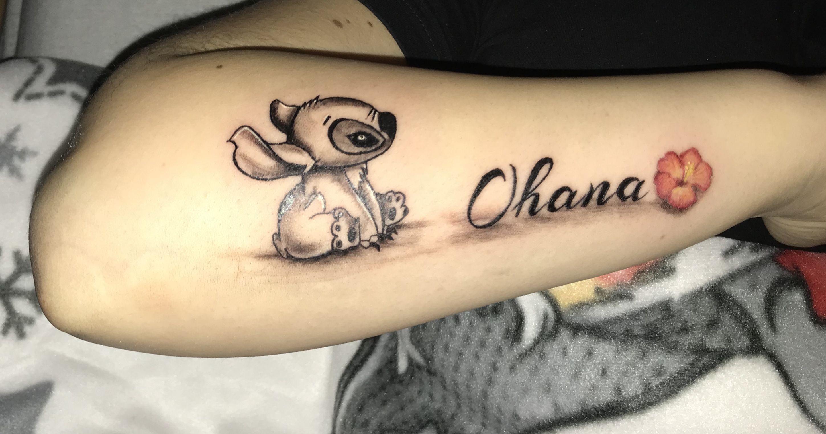 Stitch con scritta \u201aOhana\u0027 (famiglia) sul lato esterno del braccio.  Tatuaggio