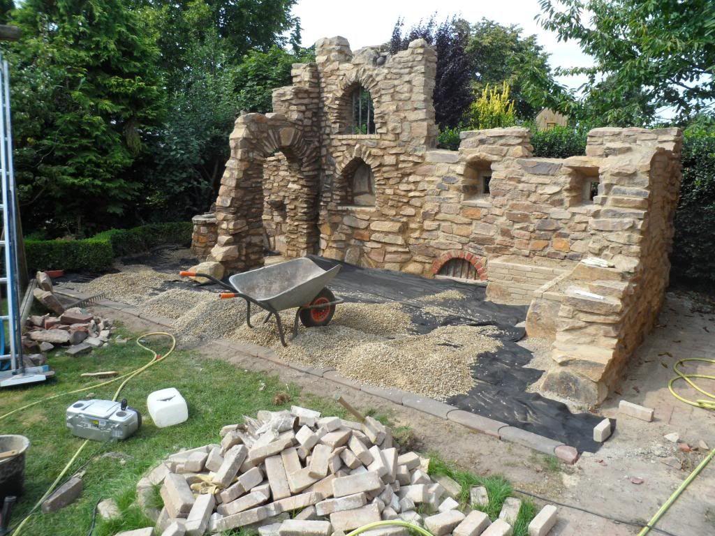 eine gartenmauer im stil einer ruine aus sandstein | garten, Gartenarbeit ideen